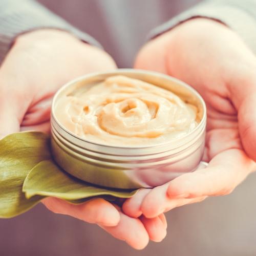 クリスマス…手を繋ぐ前にチェック!「ハンドクリーム」の効果を高める方法3つ
