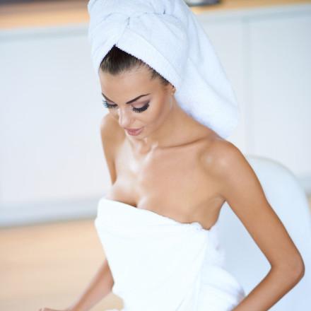 お風呂上がり、頭にタオルを巻く=細菌の巣窟!頭皮ダメージ行為TOP3