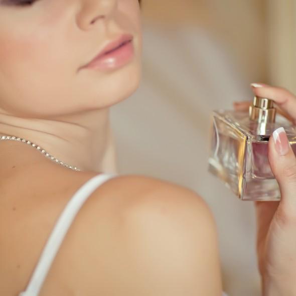 思わず振り向かせる、「わたし」を記憶させる香り美人に!香水4選