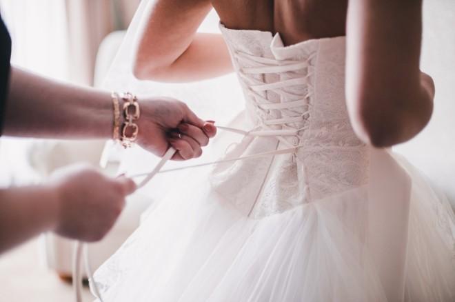 ウェディングドレスを着る