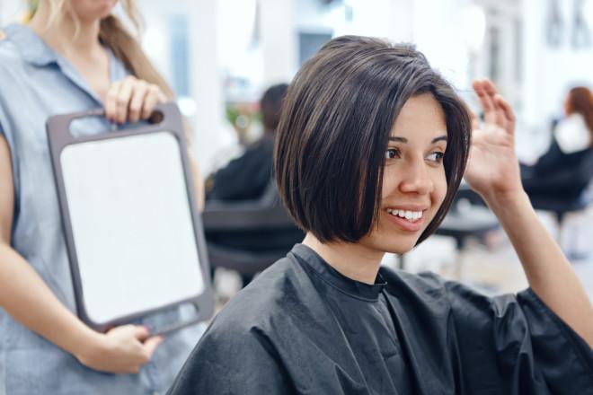 髪型をチェックする女性