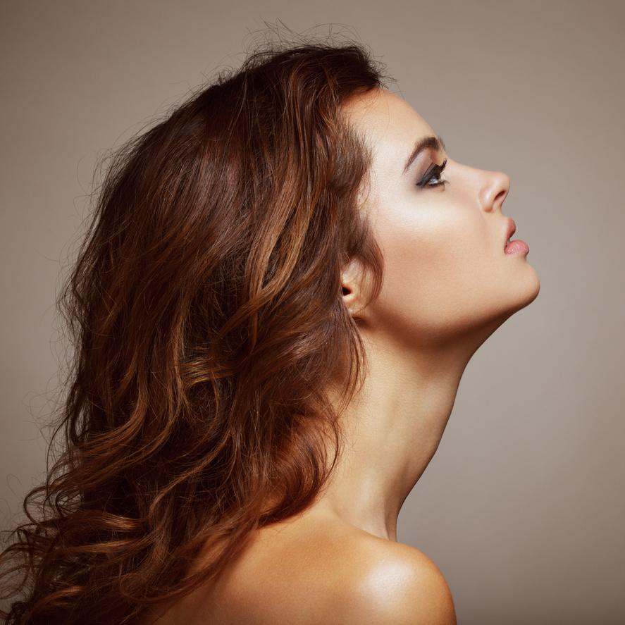 「首のコリ」がバストサイズダウンの原因にも!?首のコリを解消する方法