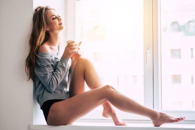 窓辺でくつろぐ女性