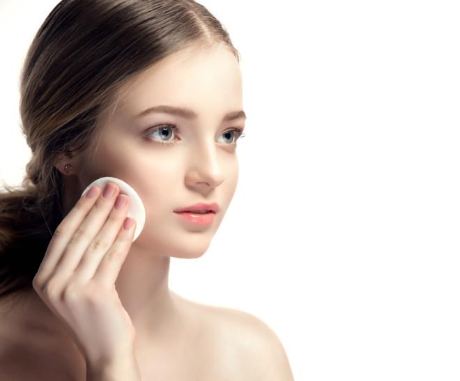 拭き取り化粧水を使う