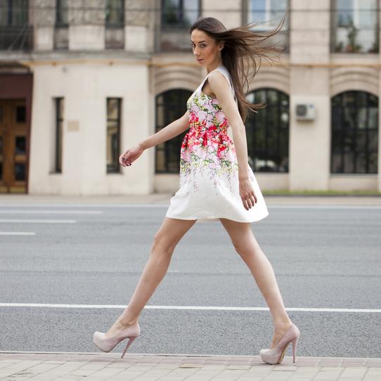 """街で注目を集める""""美しく女性らしい""""「歩き方」4つのステップ!"""