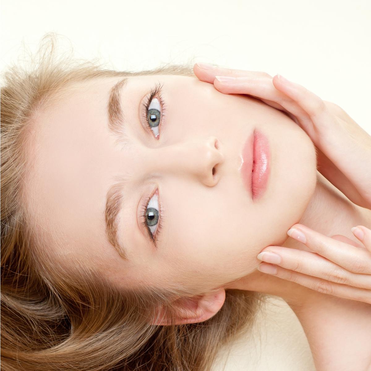 ほうれい線や目元のしわに叩き込め!化粧水の「本当の力」を引き出すつけ方