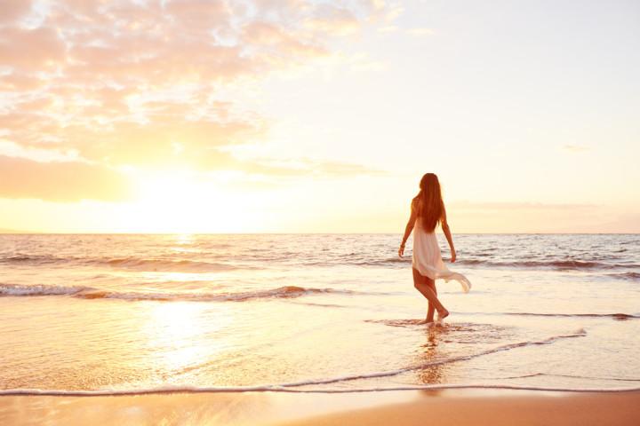 夕暮れのビーチを歩く