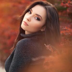 秋メイクの女性