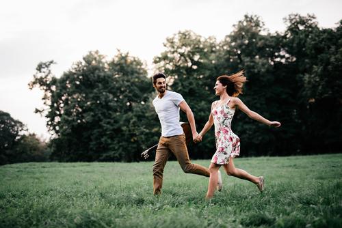 公園を走るカップル