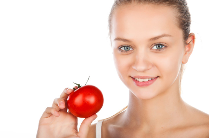 トマトを持つ女性