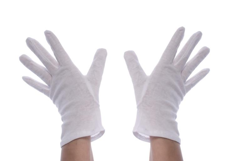 綿の手袋をする