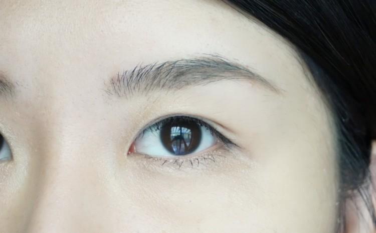 トレンドの眉毛を押さえて、洗練された印象に近付けて