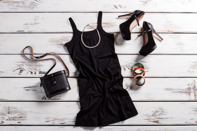 あえて「黒い洋服」を選ぶ女性たち