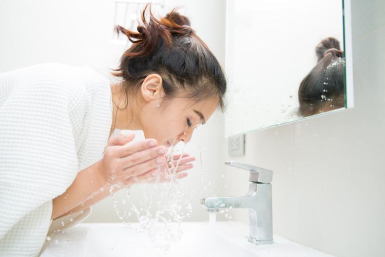 朝の洗顔は「ぬるま湯だけ」
