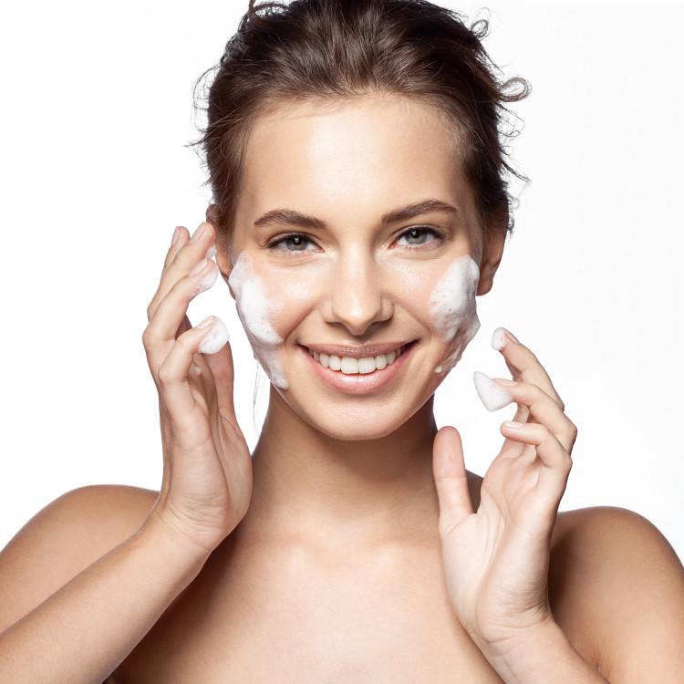 朝は洗顔料or水洗顔?結局、美肌に良いのはどっち?