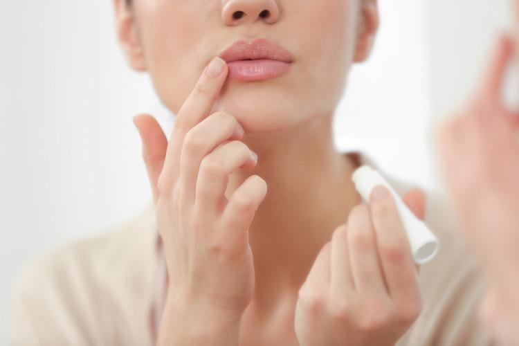 唇がくすんでしまう原因と対処法とは?