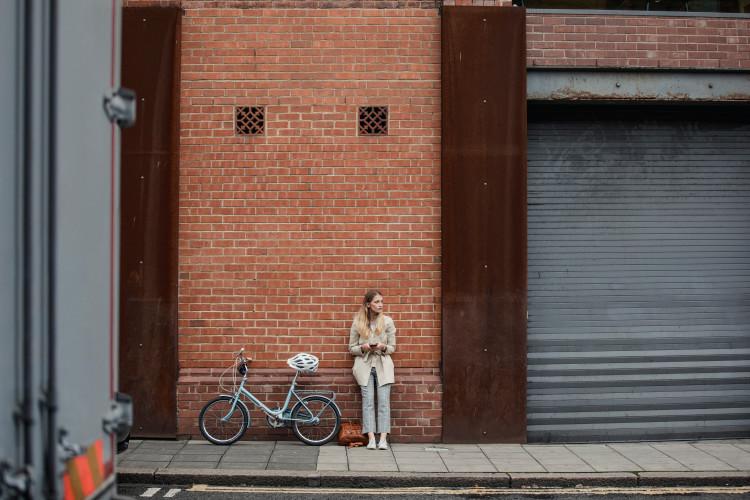 住む街やカフェを探索する朝