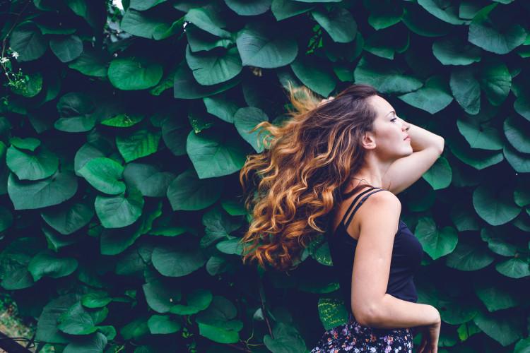 なびかせる輝く髪