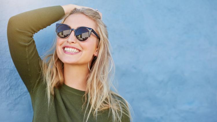 日差しをよけるサングラス