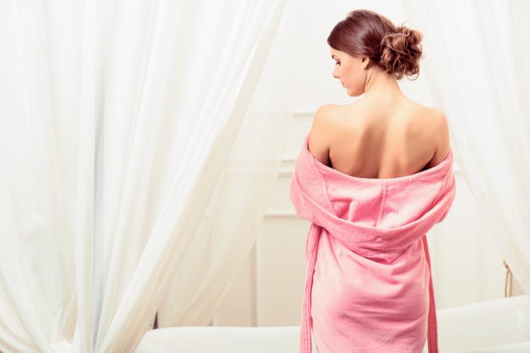 肩を細く見せて女性らしい華奢なスタイルに