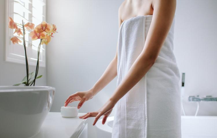 入浴後は背中を保湿する
