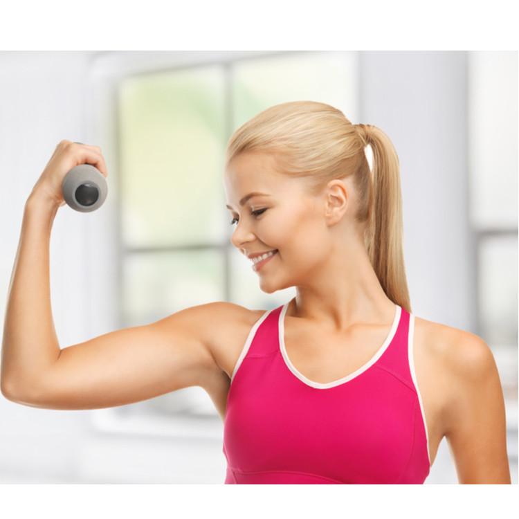 腕を鍛える女性