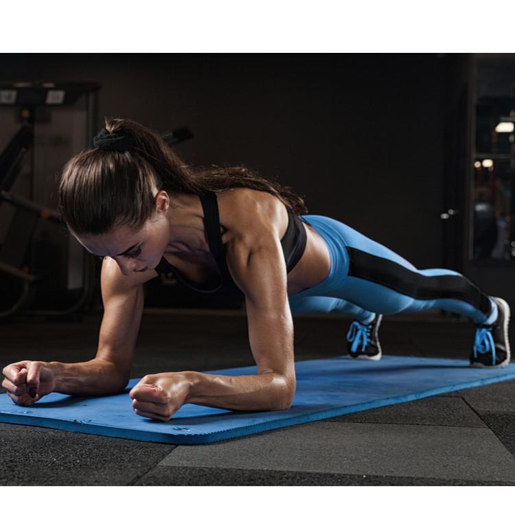 体幹を鍛えている女性