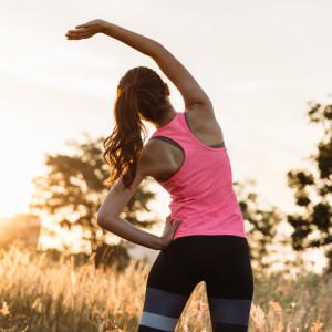 女性が体操をしている