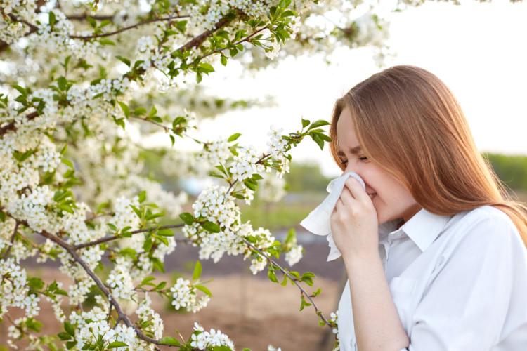 花粉症シーズンは肌にもダメージがある