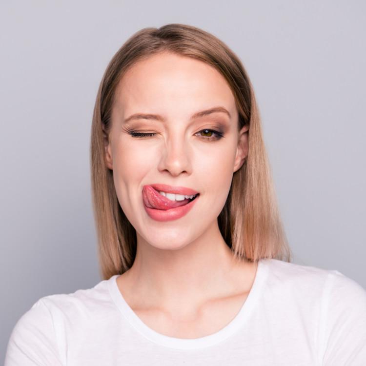 舌をだしている女性