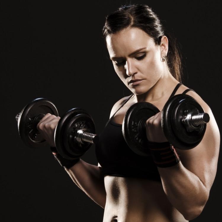 二頭筋を鍛えている女性