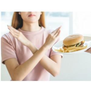 食べ物を断る女性