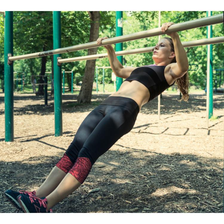 斜め懸垂をする女性