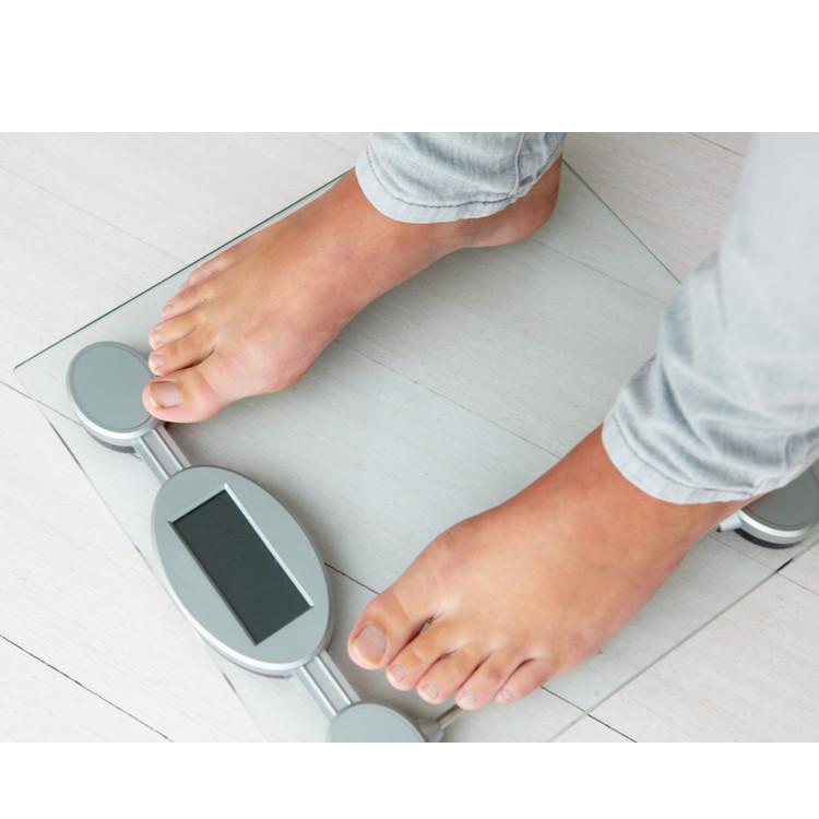 体重計にのる人