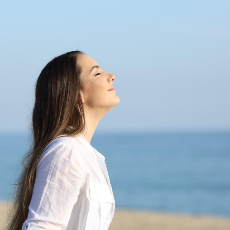 深呼吸をする女性