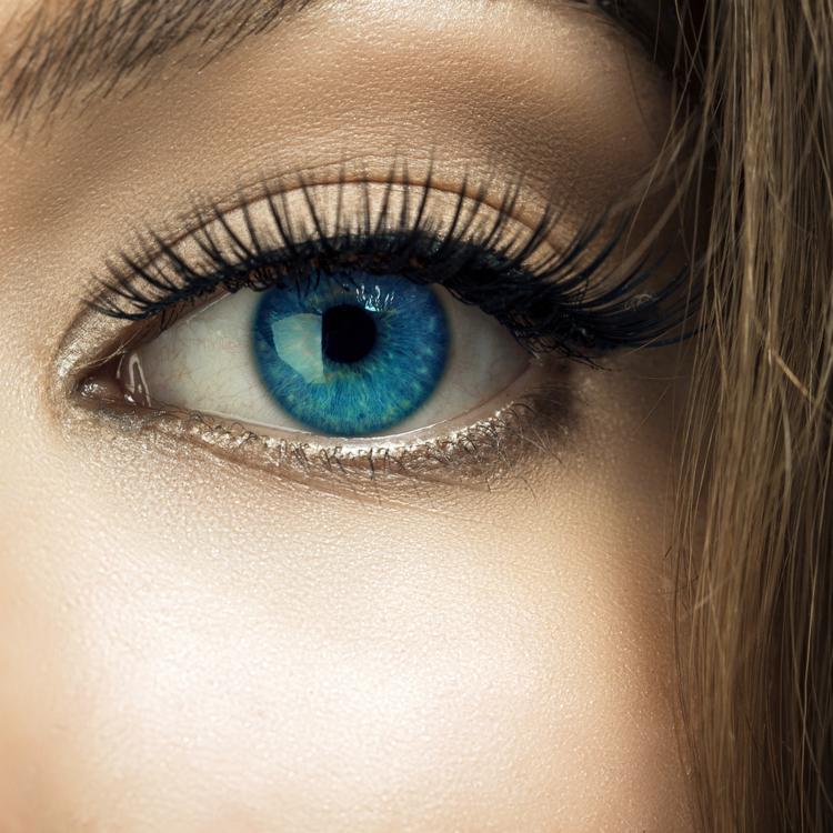 肌や髪だけじゃない!透明感ある瞳を作るアイケアテクニック