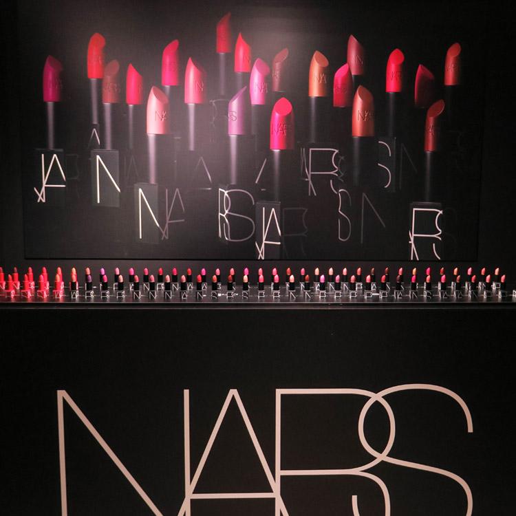 本日発売!圧巻の全60色で好みの色に必ず出会える「NARS リップスティック」全色スウォッチ