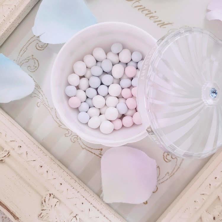 ピンク・ブルー・ホワイトの3色からなるビー玉のようなパウダーボール