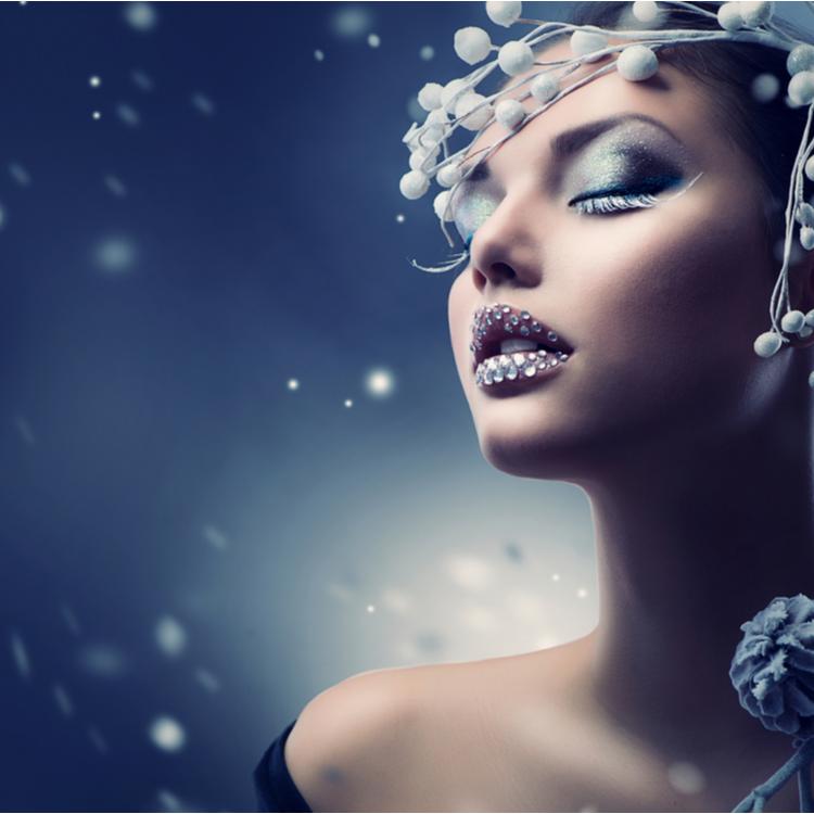 ブルーアイシャドウで彩る冬の瞳。古臭くならないためのコツは?