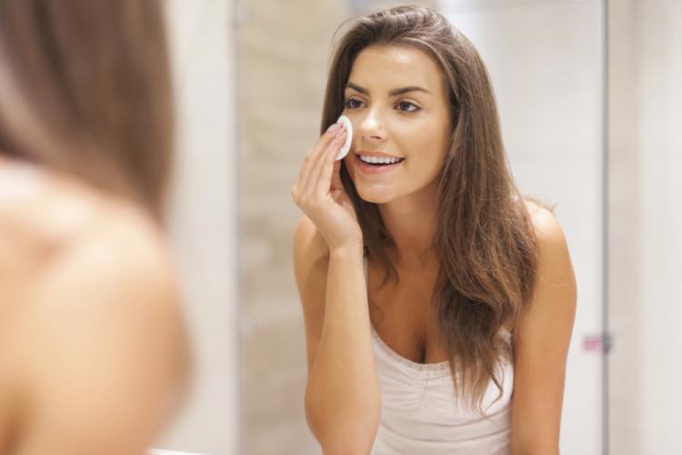 ふき取り化粧水で不要な角質オフ