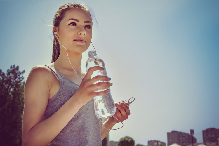 腸ヨガをする前にコップ一杯の水を飲む