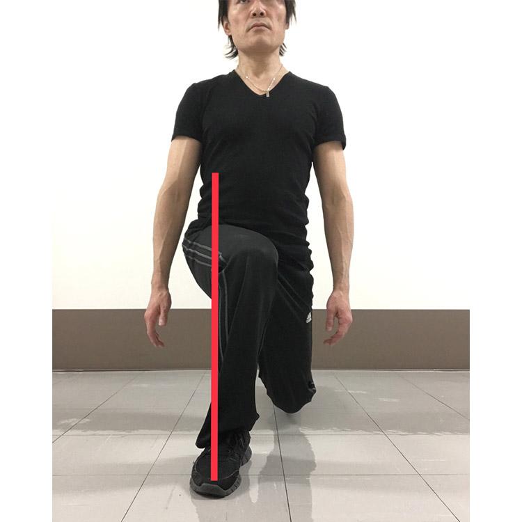 つま先、膝、股関節が一直線を結ぶように