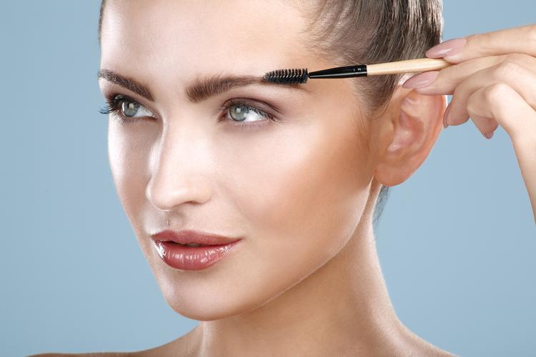 眉毛の毛流れを整える