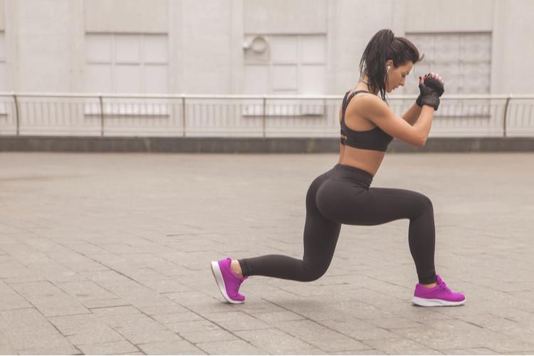 体幹を鍛える「クロスランジ」