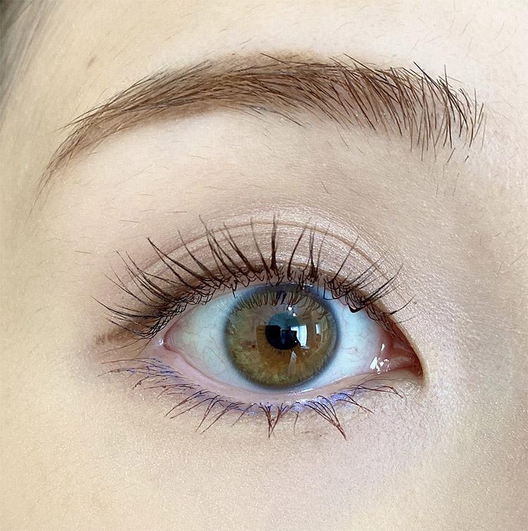 爽やかなブルーは目の下キワに、ごくごく細く