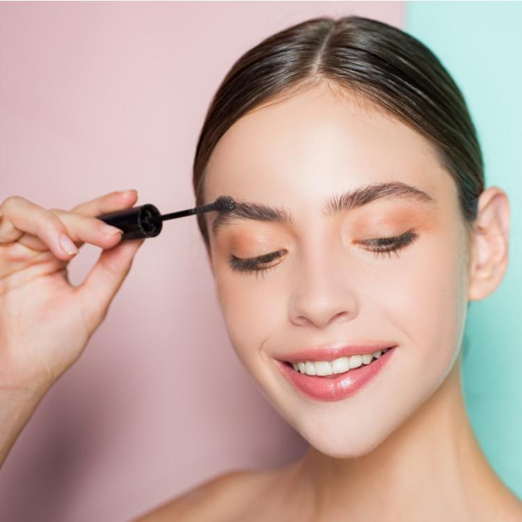 強すぎる眉毛を柔らかく見せるテクニックとは?