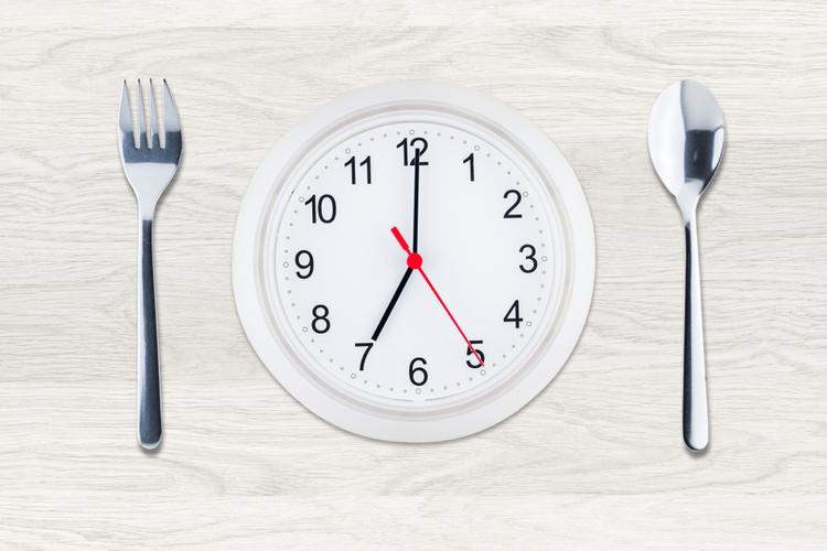 夕食と翌日の朝食の間の時間をあける