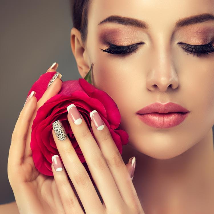 仕草まで美しい女性に!手がキレイに見えるマニキュアの選び方・塗り方