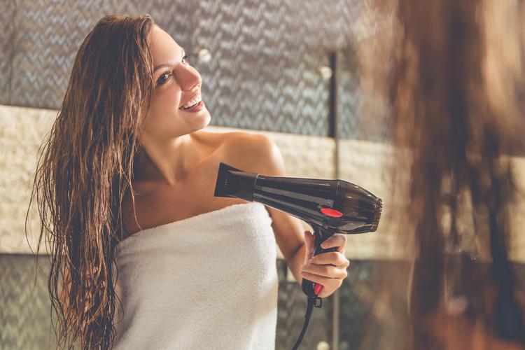 ドライヤーで髪の水分を完全に乾かす