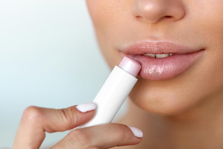 リップケアアイテムで唇を保湿する